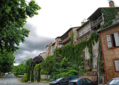 Verdun sur Garonne houses near river